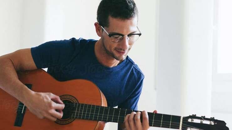 Tocar um instrumento musical pode trazer benefícios à audição.